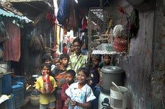 Kinderen bij Indische krottenwijk Stock Foto's