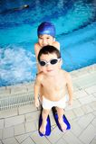 Kinderen bij pool, geluk Stock Foto
