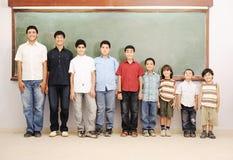 Kinderen bij schoolklaslokaal Royalty-vrije Stock Afbeeldingen