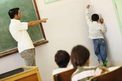 Kinderen bij schoolklaslokaal Stock Foto's