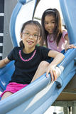 Kinderen bij Speelplaats Stock Afbeeldingen