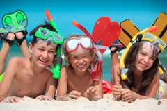 Kinderen bij strand het snorkelen stock fotografie