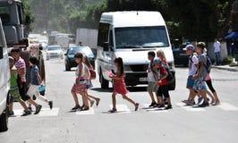 Kinderen bij zebrapad Royalty-vrije Stock Afbeeldingen