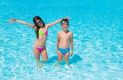 Kinderen bij zwembad Stock Afbeelding