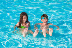 Kinderen bij zwembad Royalty-vrije Stock Afbeelding
