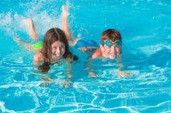 Kinderen bij zwembad Stock Afbeeldingen