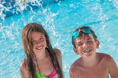 Kinderen bij zwembad Stock Fotografie