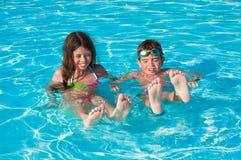 Kinderen bij zwembad Stock Foto's