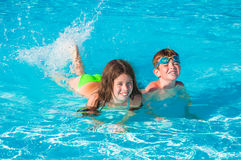Kinderen bij zwembad Royalty-vrije Stock Afbeeldingen
