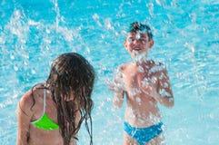 Kinderen bij zwembad Royalty-vrije Stock Foto's