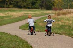 Kinderen Biking Royalty-vrije Stock Afbeeldingen