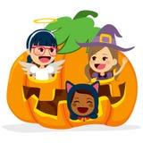 Kinderen binnen Halloween-Pompoen vector illustratie