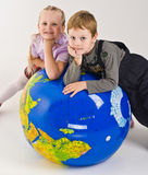 Kinderen bovenop wereld stock foto