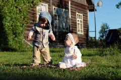 Kinderen in de het parkjongen en meisje Royalty-vrije Stock Afbeelding