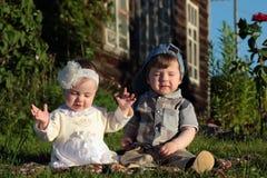 Kinderen in de het parkjongen en meisje Stock Fotografie