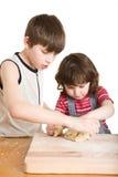 Kinderen in de keuken die een deeg maakt royalty-vrije stock afbeelding