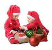 Kinderen in de kleren van de Kerstman Stock Foto