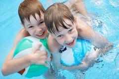 Kinderen in de pool. Royalty-vrije Stock Afbeelding