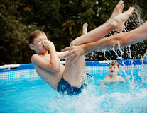 Kinderen in de pool. Stock Foto's