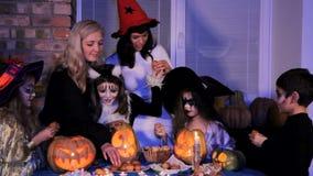 Kinderen in de snoepjes van het kostuumsaandeel stock video