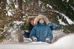 Kinderen in de winter Stock Afbeeldingen