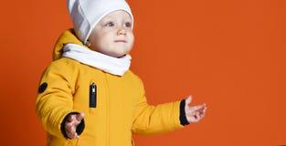 Kinderen in de winterkleren Jonge geitjes in benedenjasjes Het kind van de manier royalty-vrije stock afbeeldingen