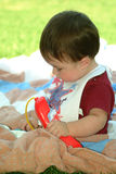 Kinderen - de Zitting en het Spelen van de Baby stock fotografie
