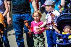 Kinderen die aan het Onsterfelijke regiment ` Victory Day van Maart ` in de stad van Irkoetsk, Rusland deelnemen stock foto