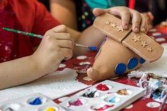Kinderen die aardewerk 19 schilderen Stock Afbeeldingen