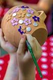 Kinderen die aardewerk 14 schilderen Stock Afbeelding