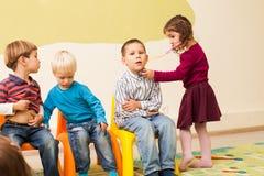 Kinderen die arts en patiënt spelen Royalty-vrije Stock Afbeelding