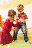Kinderen die arts en patiënt spelen Stock Foto