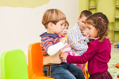 Kinderen die arts en patiënt spelen Royalty-vrije Stock Foto