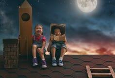 Kinderen die astronauten spelen stock fotografie