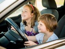 Kinderen die auto drijven Royalty-vrije Stock Afbeeldingen