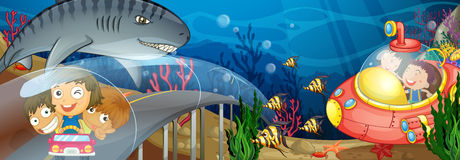 Kinderen die in auto en onderzeeër berijden onderwater Royalty-vrije Stock Afbeelding