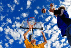 Kinderen die basketbal spelen Stock Foto's
