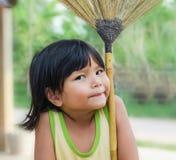 Kinderen die bezem spelen Royalty-vrije Stock Afbeelding