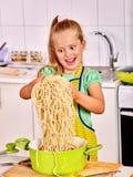 Kinderen die bij keuken koken Royalty-vrije Stock Afbeeldingen