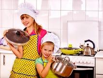 Kinderen die bij keuken koken Stock Afbeeldingen