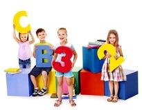 Kinderen die bij kubus zitten. royalty-vrije stock afbeelding
