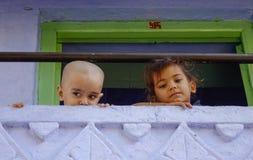 Kinderen die bij landelijk huis spelen stock foto's