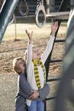 Kinderen die bij park spelen stock foto's