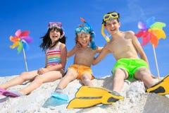 Kinderen die bij strand spelen royalty-vrije stock afbeeldingen