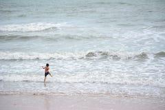 Kinderen die bij Strand spelen Royalty-vrije Stock Foto