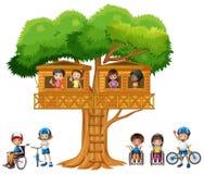 Kinderen die bij treehouse spelen Stock Afbeeldingen