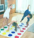 Kinderen die bij twister spelen Stock Foto