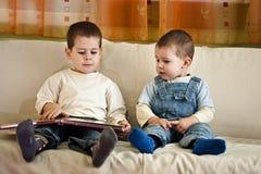 Kinderen die boek lezen Royalty-vrije Stock Afbeeldingen