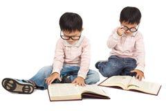Kinderen die boek lezen stock afbeeldingen
