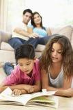 Kinderen die Boek thuis lezen stock foto's